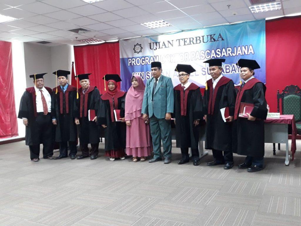 Foto bersama Dr. Musleh Wahid, M.Pd. dan Istrinya setelah selesainya Ujian Disertasi di UINSA Surabaya