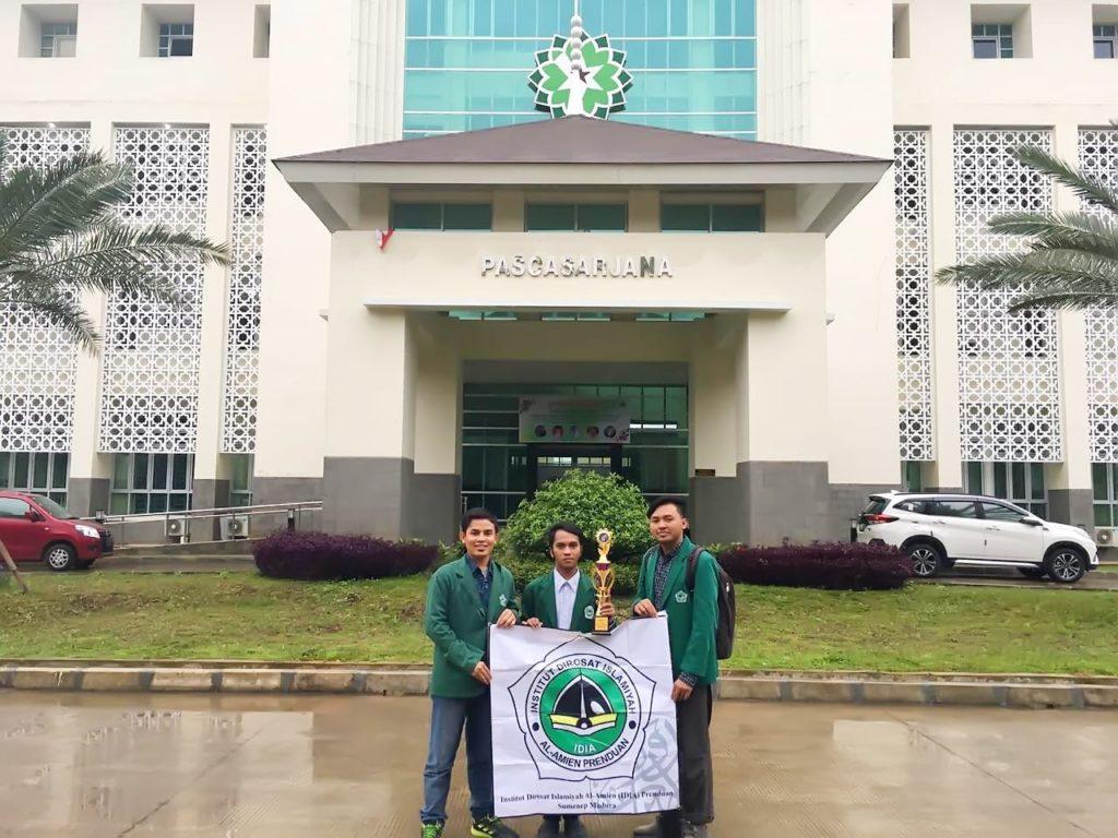 Juara: Tim Debat Bahasa Arab IDIA Prenduan di Depan Gedung Pascasarjana UIN Sunan Gunung Djati Bandung.